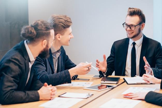 Reunião de negócios. jovem equipe profissional discutindo projeto, objetivos, planejamento estratégico