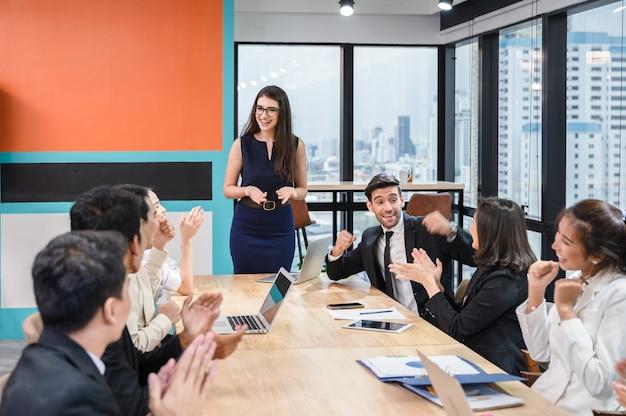 Reunião de negócios multiétnica corporativa de colegas e executivos com feliz e desfrutando em um escritório moderno