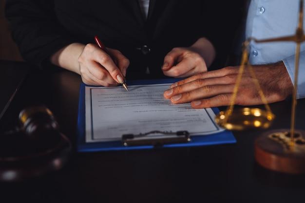Reunião de negócios no escritório do advogado. consultando o conceito de pessoas.