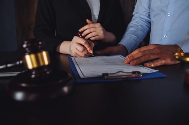 Reunião de negócios no escritório do advogado. consultoria de advogado.