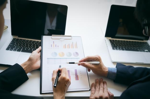 Reunião de negócios para discutir os resultados de seu conceito de trabalho em equipe bem sucedida.
