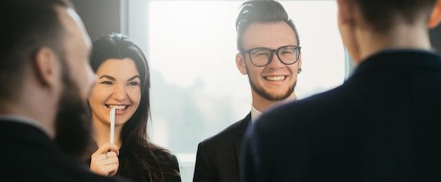 Reunião de negócios. relacionamento profissional. estilo de vida corporativo. parceiros masculinos e femininos discutindo o projeto.