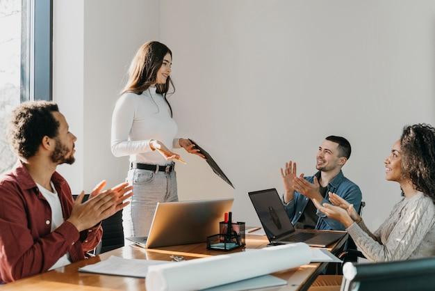 Reunião de trabalho em equipe com empresários