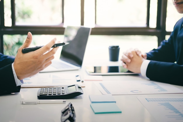 Reunião de trabalho em equipe de empresários para discutir o investimento.