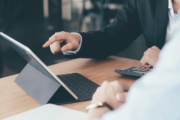 Reunião de trabalho em equipe de empresários para discutir o investimento