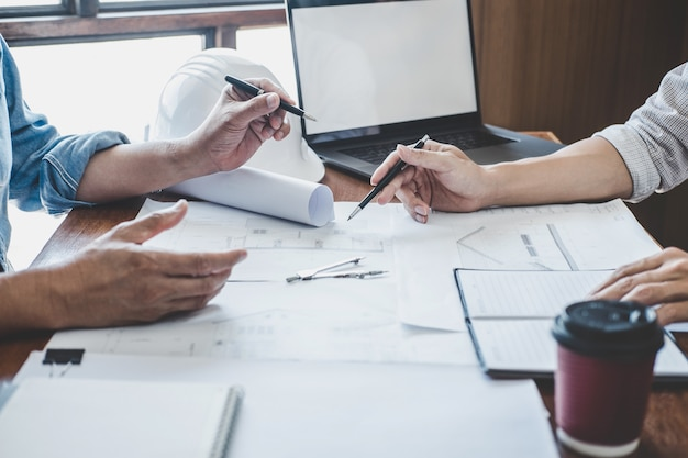 Reunião de trabalho em equipe de engenheiro, desenho trabalhando na planta reunião para projeto de trabalho com o parceiro no modelo de construção e ferramentas de engenharia no local de trabalho, construção e estrutura conceito