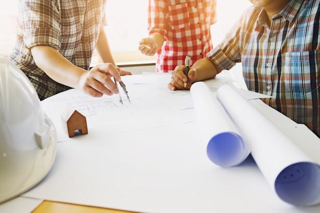 Reunião de trabalho em equipe do engenheiro para projeto arquitetônico.