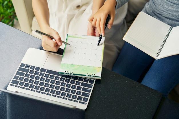 Reunião de trabalho em equipe, mulheres conversando com agenda de planejamento e agenda usando evento de calendário