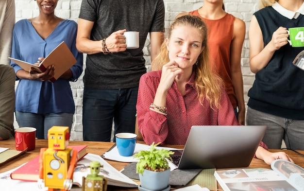 Reunião de trabalho em equipe, reunião de brainstorming, arranque de conceito