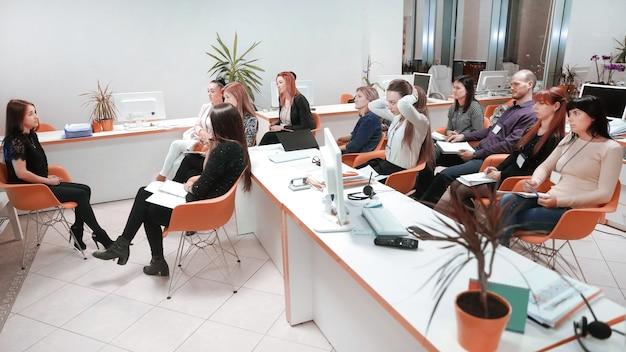 Reunião de trabalho em um escritório moderno. o conceito de trabalho em equipe.