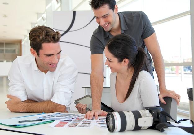 Reunião de trabalho na agência de fotos