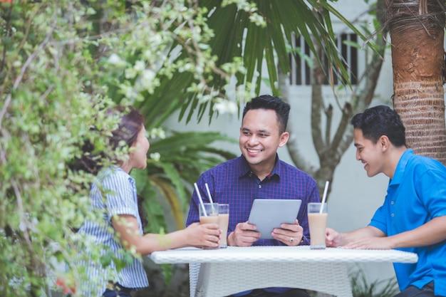 Reunião de três pessoas de negócios no café
