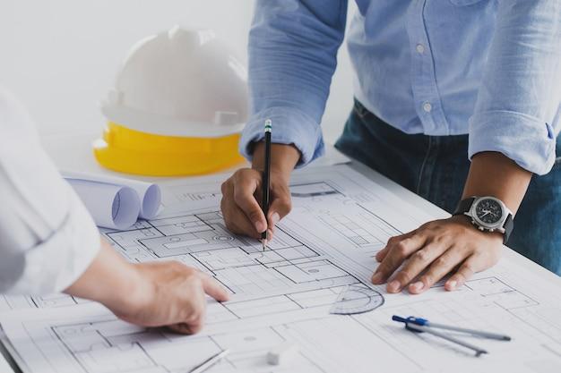 Reunião do engenheiro para um projeto arquitetônico trabalhando com o parceiro e a engenharia