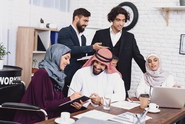 Reunião do escritório discussão desativado businesslady.