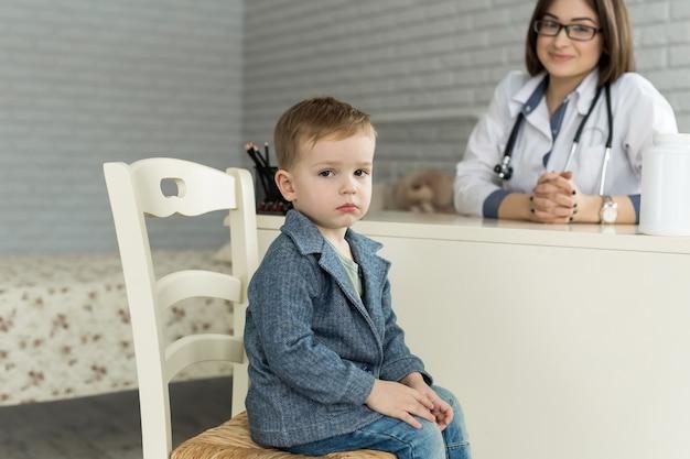 Reunião do pediatra com a criança no hospital