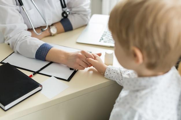 Reunião do pediatra com mãe e filho no hospital