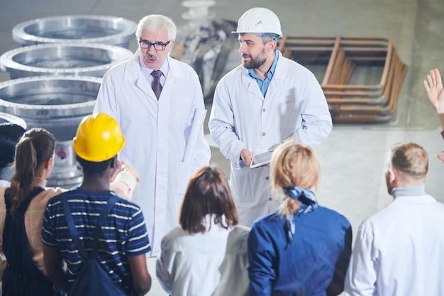 Reunião dos trabalhadores com a gerência da fábrica
