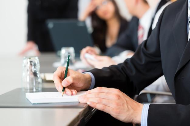 Reunião e apresentação no escritório