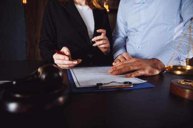 Reunião em um escritório, advogados ou procuradores discutindo um documento ou acordo contratual.