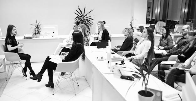 Reunião em um escritório moderno. o conceito de trabalho em equipe.