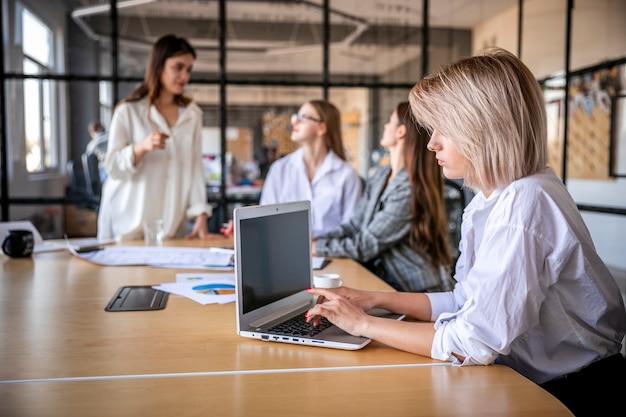 Reunião estratégica na empresa com mulheres