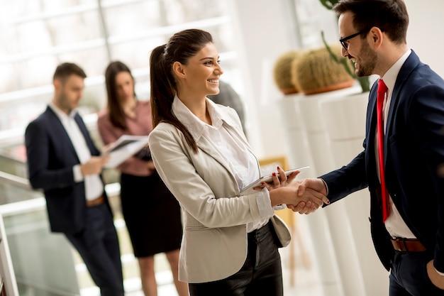 Reunião, grupo, businesspeople, escritório, ficar, frente, grande, janela