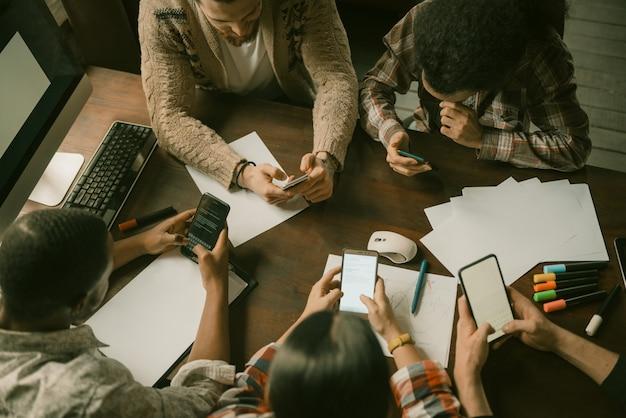 Reunião móvel de freelancers, vista de alto ângulo