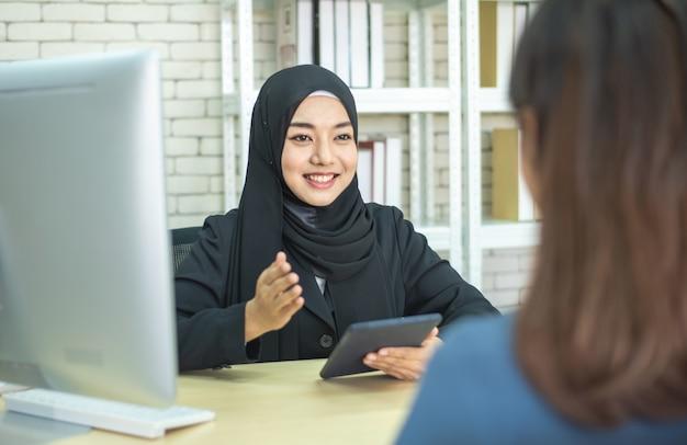 Reunião muçulmana do sucesso de duas mulheres de negócios