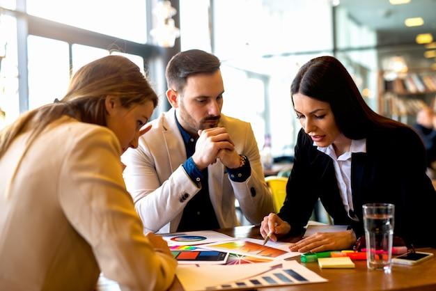 Reunião no almoço no café moderno e brilhante. discutindo informações importantes
