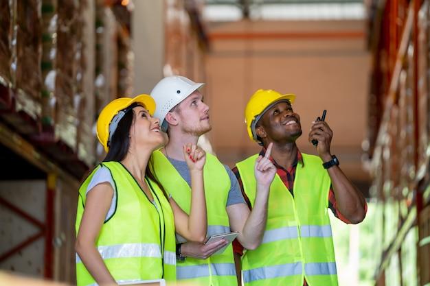 Reunião no armazém, trabalhadores de armazém, trabalhando juntos no armazém.