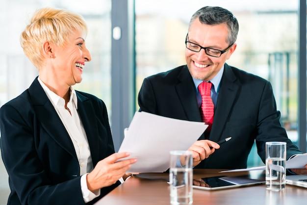 Reunião no escritório, pessoas que trabalham com documento