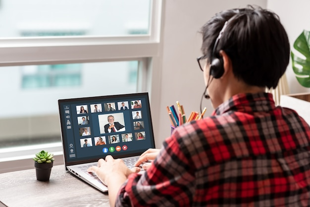 Reunião on-line com colegas de trabalho