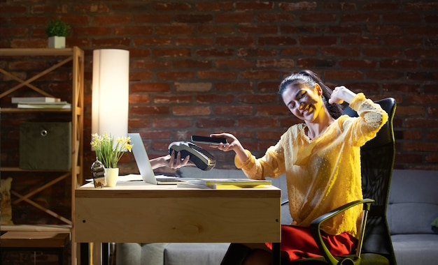 Reunião online, chat, videochamada. jovem mulher falando com um amigo online através do laptop em casa. realidade virtual. conceito de eventos seguros remotos, reuniões durante a quarentena. copie o espaço Foto gratuita