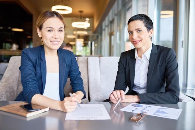 Reunião produtiva de parceiros de negócios