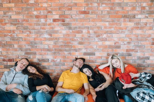 Reunião produtiva. exaustão. equipe de negócios cansada dormindo em sacos de feijão. cultura milenar.