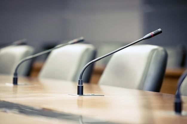 Reunião profissional microfone em cima da mesa na sala de reuniões.