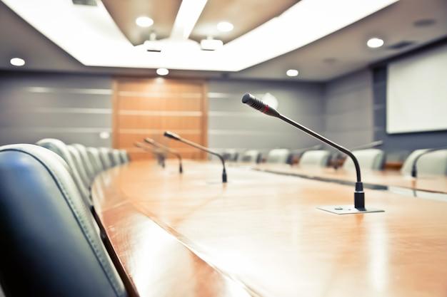 Reunião profissional microfone em cima da mesa.