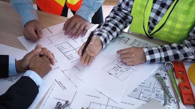 Reunião sobre o tema da reforma da estrutura do edifício entre a equipe do empreiteiro e o arquiteto