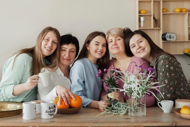 Reunião social feminina, abraçando uns aos outros