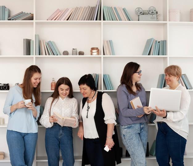 Reunião social feminina fazendo atividades dentro de casa