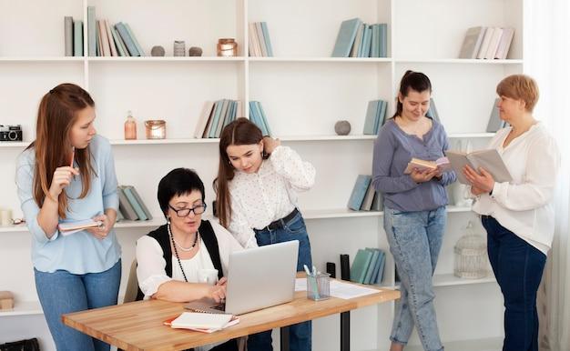 Reunião social feminina fazendo várias atividades