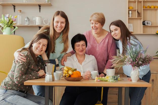 Reunião social feminina, sentado em uma mesa