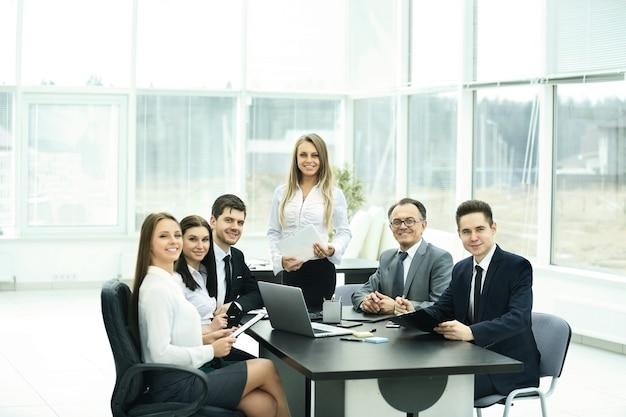 Reuniões com parceiros de negócios no escritório moderno,
