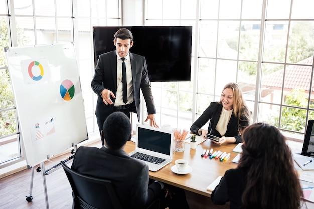 Reuniões de grupos empresariais de várias nacionalidades como caucasiana e africana.