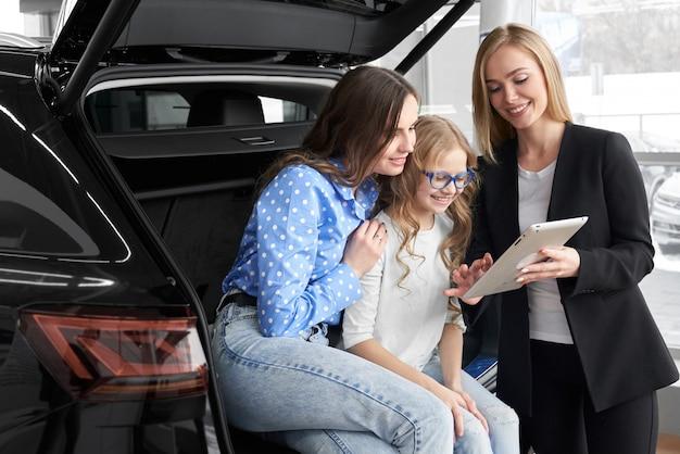 Revendedor de automóveis que consulta e ajuda a família na escolha de auto