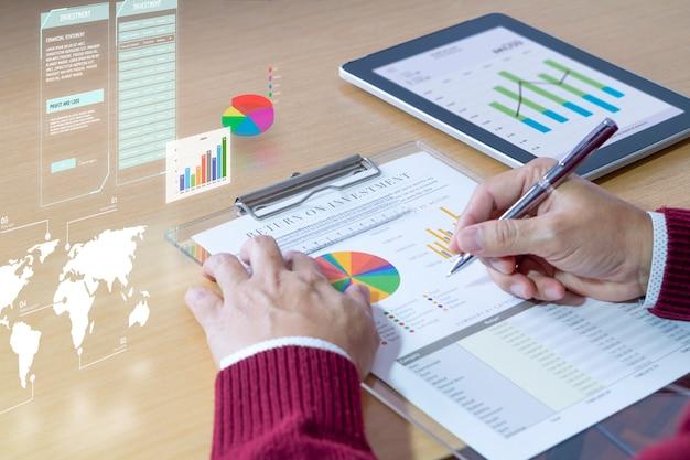 Revendo um relatório financeiro na análise de retorno do investimento