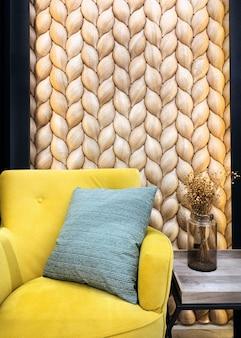 Revestimento ecológico tradicional consistente de uma parede com escamas marrons de lariço de ...