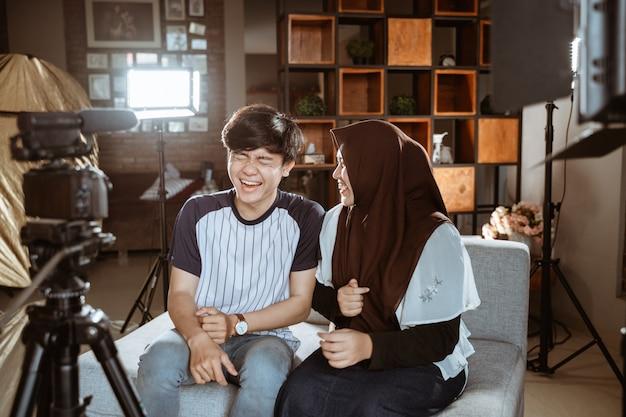 Revisão de pares engraçados asiáticos e gravação de vídeo para vlog e mídias sociais