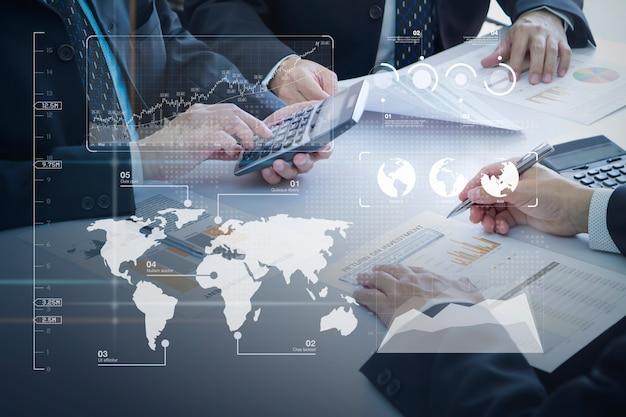 Revisão de relatórios financeiros no retorno da análise de investimento
