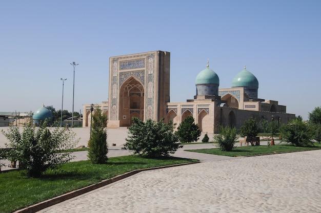Revisão externa da arquitetura restaurada de edifícios antigos em tashkent, uzbequistão